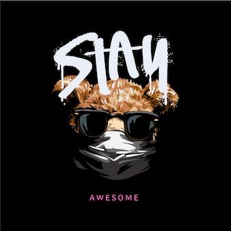 Bleib toller gesprühter slogan mit bärenpuppe in sonnenbrille und gesichtsmaske auf schwarzem hintergrund