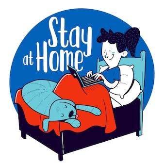 Bleib zuhause. frau arbeitet mit ihrem laptop vom bett aus