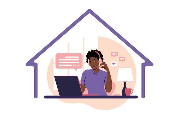 Bleiben sie zu hause konzept. afrikanische frau mit kopfhörern mit laptop. unterstützung, hilfe, callcenter.