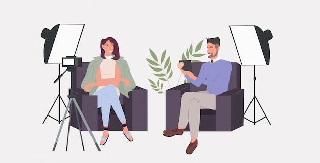 Blogger paar aufnahme video blog mit digitalkamera auf stativ mann frau vlogger diskutieren während des treffens streaming live-social-media-netzwerk blogging-konzept horizontal in voller länge