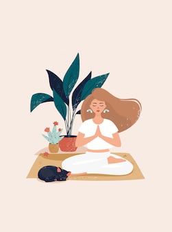 Blonde frau, die in lotussitz auf dem teppich durch topfpflanzen sitzt