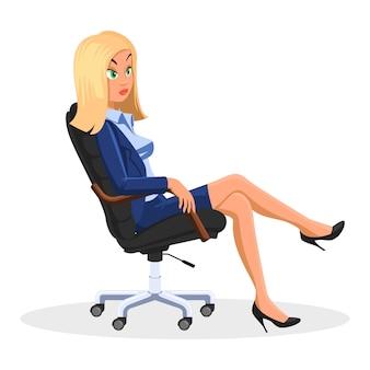 Blonde geschäftsfrau, die mit gekreuzten beinen am rollenden bürostuhl sitzt