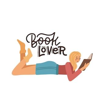 Blondes mädchen, das auf einem boden liegt und buchmädchen zu hause liest, das schreibheft studiert?