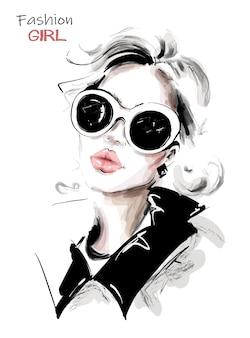 Blondes mädchen in der sonnenbrille