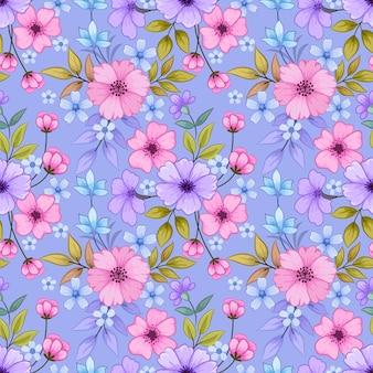 Blühender rosa und lila farbblumenhintergrund.