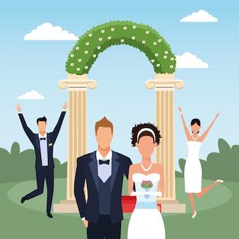 Blumenbogen mit glücklichen gerade verheirateten paaren über landschaft