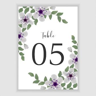 Blumenhochzeitstafelzahl mit purpurrotem blumenstrauß