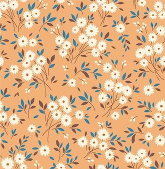 Blumenmuster. hübsche blumen, kamelhintergrund. drucken mit kleinen weißen blüten. ditsy drucken