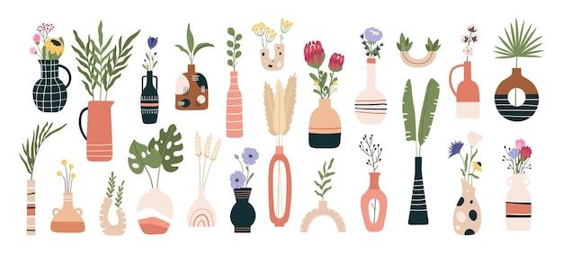 Blumenvasen. blühende frühlingsblumen, tropische blätter und kräuter in krügen und teekannen. flache sonnenblumen, aster und protea-blumen-vektor-set. illustrationsvase mit blume zur dekoration des innenraums