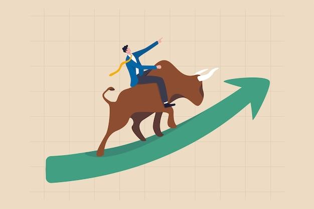Börsen-bullenmarkt, finanzwert und preis steigen, anleger und händler gewinnen mehr gewinnkonzept, selbstbewusster geschäftsmann, der den bullen reitet, der auf grünem diagramm nach oben steigt.