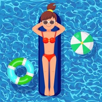 Bräunen auf luftmatratze im schwimmbad