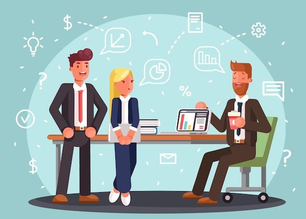 Brainstorming kreative team idee diskussion menschen. teamwork mitarbeiter um tisch laptop chef art director er programmierer.