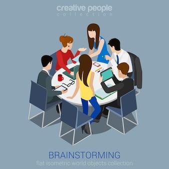 Brainstorming kreativteam idee diskussion menschen flach 3d web isometrische infografik konzept. teamwork mitarbeiter um tisch laptop chef art director designer programmierer.