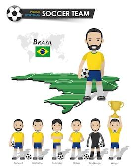 Brasilianische fußballnationalmannschaft. fußballspieler mit sporttrikot stehen auf der landkarte des perspektivfeldes und der weltkarte. set von fußballspielerpositionen. flaches design der zeichentrickfigur. vektor.
