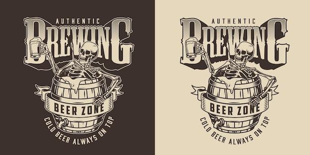 Brauerei-vintage-label im monochromen stil mit skelett, das in einem bierholzfass sitzt und eine tasse schaumiges alkoholisches getränk hält
