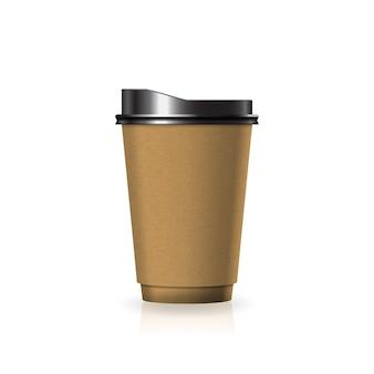 Braune kaffee-teetasse aus kraftpapier-kunststoff mit schwarzem deckel in mittelgroßer schablone.