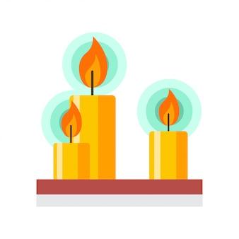 Brennende kerzen auf einem hölzernen regal