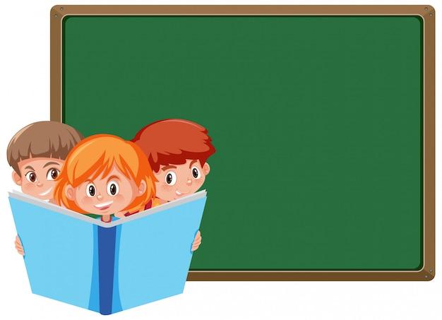 Brettvorlage mit drei kindern, die großes buch lesen