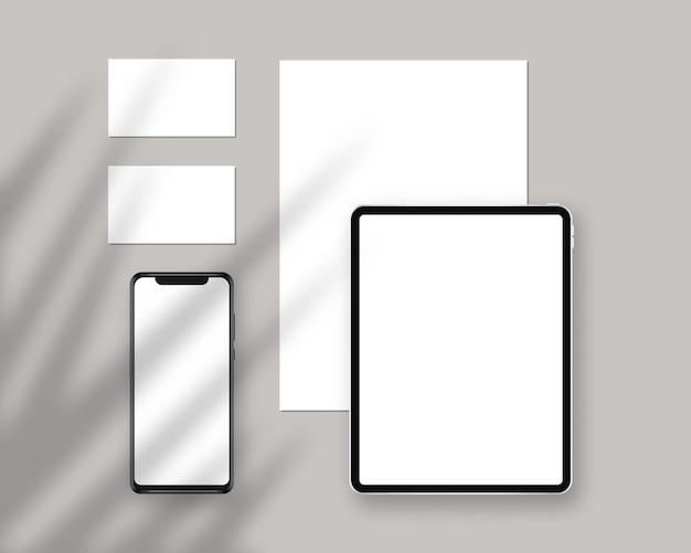 Briefpapier mit tablet, papier, visitenkarten, smartphone. briefpapier mit schattenüberlagerungen. branding schreibwaren szene. corporate identity design.