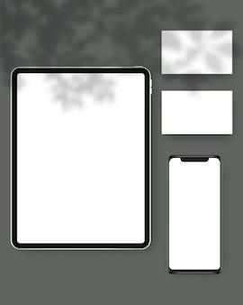 Briefpapier mit tablet, smartphone, visitenkarten, mit schattenüberlagerungen. branding schreibwaren szene. vorlagenentwurf.