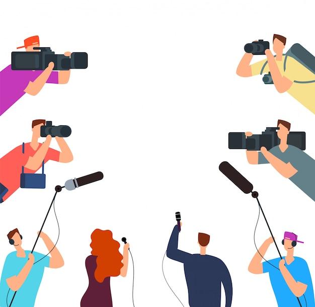 Broadcast-interview. fernsehjournalisten mit kamera und mikrofonen online. nachrichten auf luftvektorkonzept
