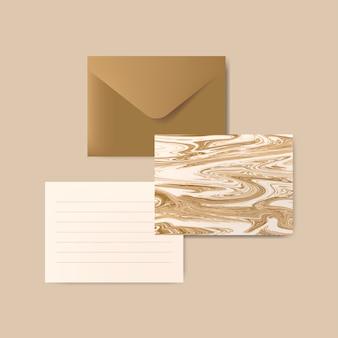 Brown-umschlag mit abstrakter postkarte des buchstaben und des marmors