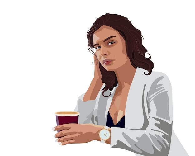 Brünette geschäftsfrau in der weißen jacke und in der blauen bluse mit einer uhr, die eine tasse kaffee mit einem ernsten gesichtsausdruck hält