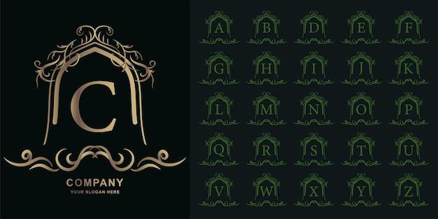 Buchstabe c oder sammlungsanfangsalphabet mit goldener logoschablone des luxuriösen ornamentblumenrahmens.