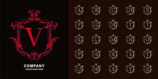 Buchstabe v oder sammlungsinitialalphabet mit goldener logo-schablone des luxusornamentblumenrahmens.