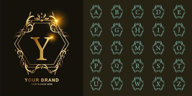 Buchstabe y oder sammlungsanfangsalphabet mit goldener logoschablone des luxuriösen ornamentblumenrahmens.