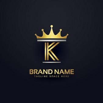 Buchstaben k logo mit goldener krone