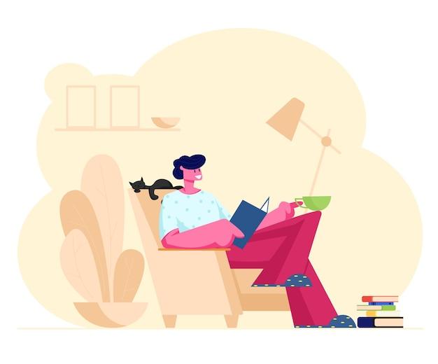 Bücher lesen hobby. junger mann, der auf gemütlichem sessel zu hause sitzt lesen sie interessantes buch mit katze, die daneben schläft. karikatur flache illustration