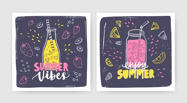 Bündel quadratischer kartenvorlagen mit smoothies, säften oder cocktails in flasche und glas mit strohhalm und schriftzug. sommer erfrischungsgetränke mit früchten und beeren. saisonale illustration.