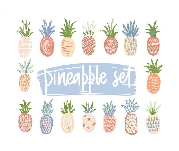 Bündel von hand gezeichneten ananas der verschiedenen farbe und textur lokalisiert auf weißem hintergrund. satz exotische tropische frische saftige früchte. bunte illustration im karikatur- oder gekritzelstil.