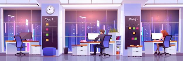 Büroangestellte am arbeitsplatz in der nacht. die rückansicht von geschäftsleuten, die an schreibtischen sitzen, arbeiten an computern