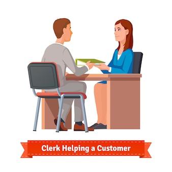 Büroangestellte arbeitet mit kunden