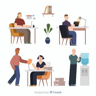 Büroangestellte, die an der schreibtischsammlung sitzen