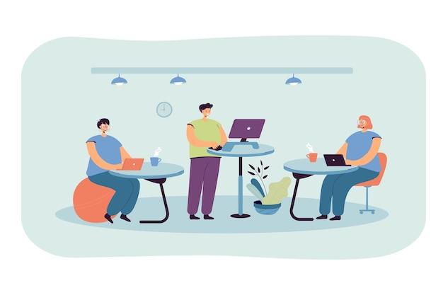 Büroangestellte, die an ergonomischen arbeitsplätzen arbeiten, auf einem fitnessball sitzen oder am schreibtisch stehen und computer verwenden