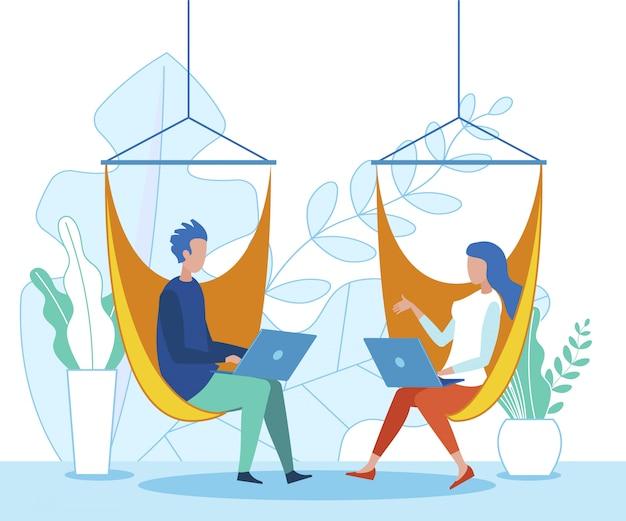 Büroangestellte, die mit vergnügen auf laptop arbeiten