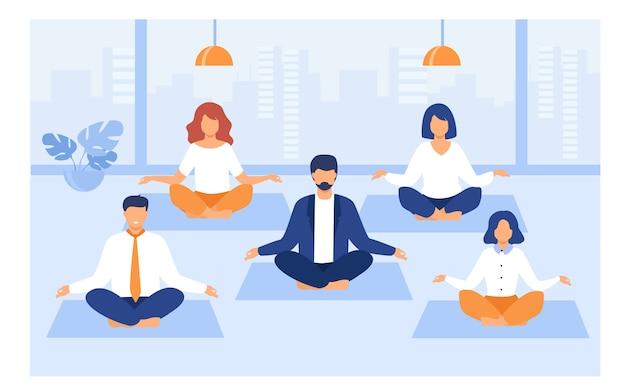 Büroangestellte, die yoga und meditation praktizieren