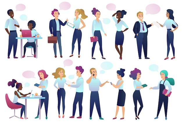 Büroangestellte mit chat-kommunikationsblasen sprechen miteinander.