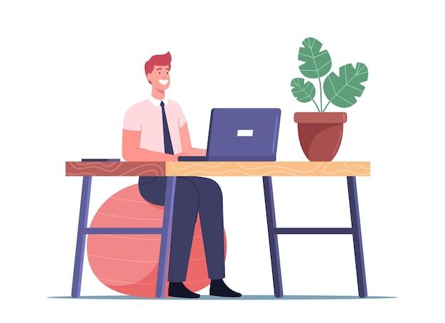 Büroangestellter, der am arbeitsplatz trainiert, während er am laptop arbeitet