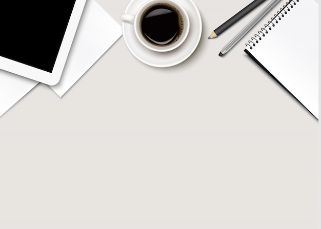 Bürohintergrund mit kaffee, tablette, papier und einigen stiften.