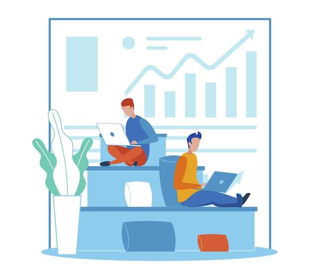 Büroleute, die an laptop im coworking raum arbeiten