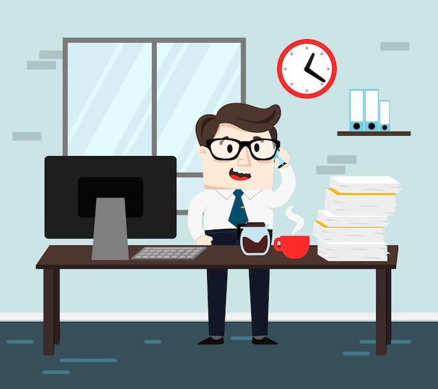 Büromann, der mit einem computer, einem kaffee und papieren arbeitet