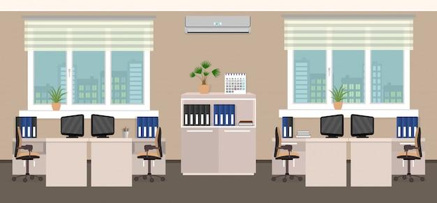Bürorauminnenraum einschließlich vier arbeitsbereiche mit stadtbild außerhalb des fensters.
