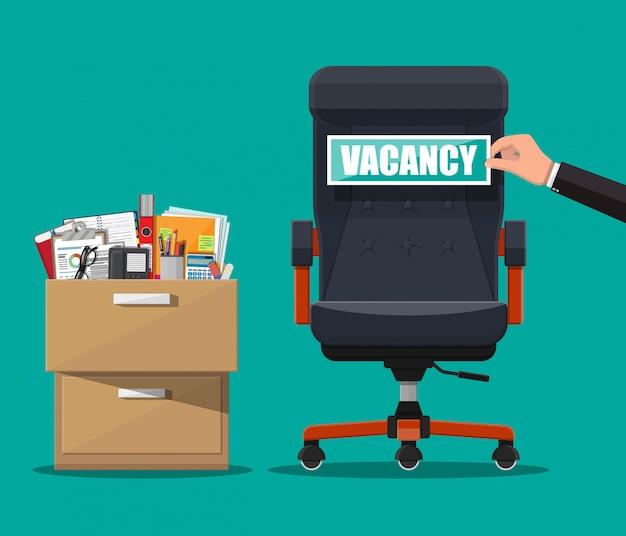 Bürostuhl und zeichen vakanz in der hand des chefs.