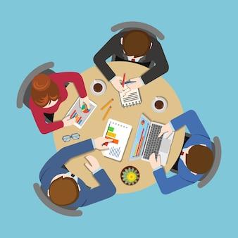 Bürotafel-draufsicht business flat web infografik-konzept. mitarbeiter um tischbericht analytik arbeiten tablet laptop leerer hintergrund. planung von brainstorming-berichten. kreative personensammlung.