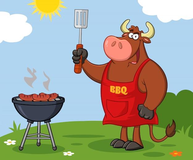 Bull chef cartoon maskottchen charakter hält geschlitzte spatel von einem grill. illustration