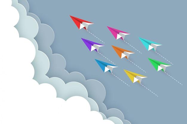 Bunte fliege des papierflugzeugs bis zum himmel